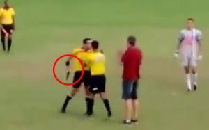 Gabriel Murta nel momento in cui estrae la pistola cartellino rosso