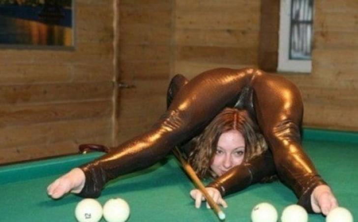 donna che gioca con le palle contorsionista