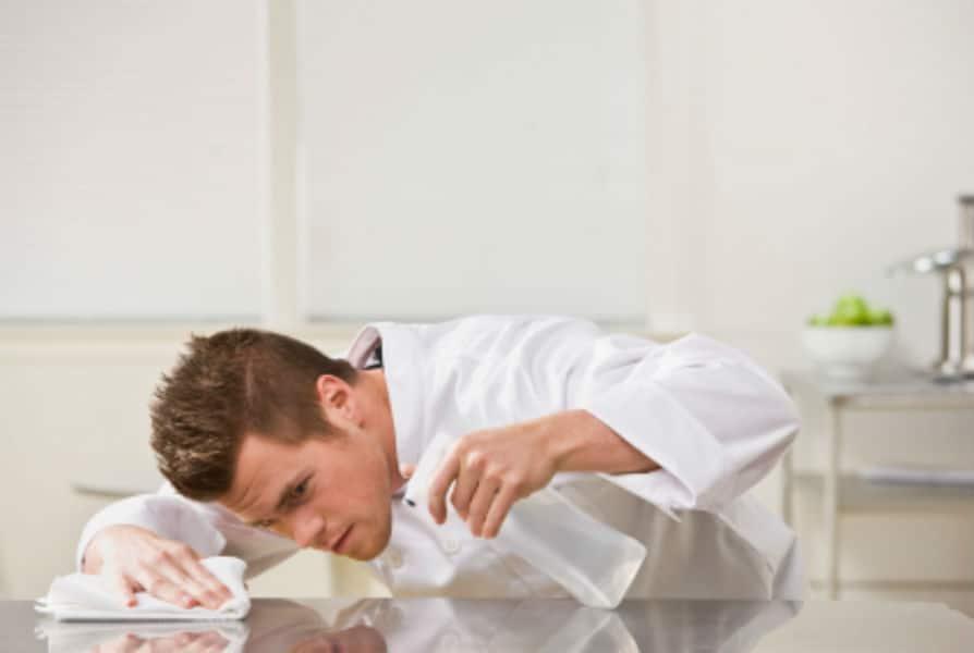 ossessione-per-la-pulizia-provocazione-di-un-pediatra-se-cade-me-lo-mangio