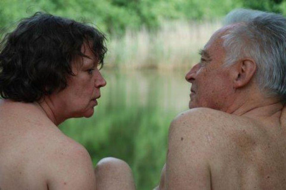 pensionati danno sfogo alla loro passione in pubblico e in pieno giorno