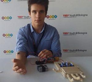 Mano bionica in legno che si muove con un software di Andrei Blindu