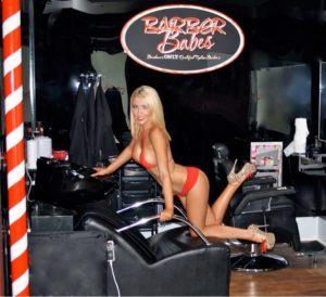 Barber Babes, clienti serviti da un barbiere donna in topless