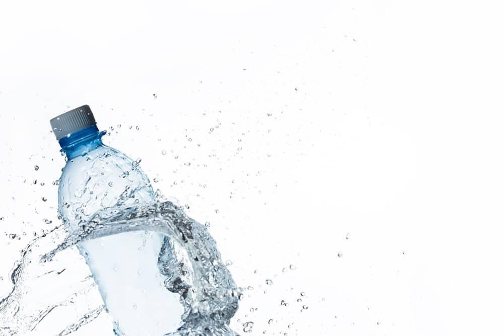 Acqua in bottiglia inquinata dai corpuscoli della plastica